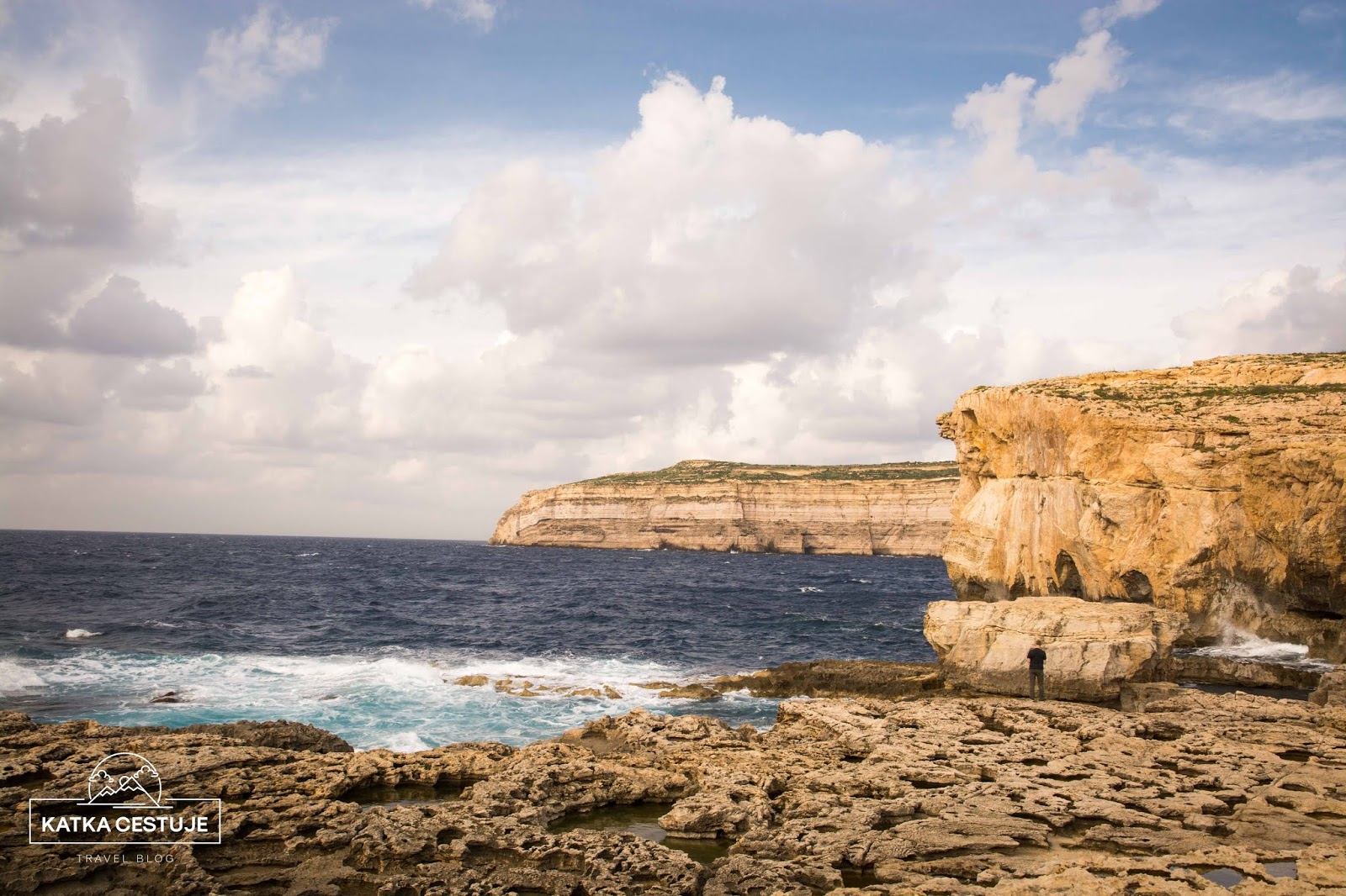 misto kde stava azurove okno na ostrove gozo malta more plaz utesy